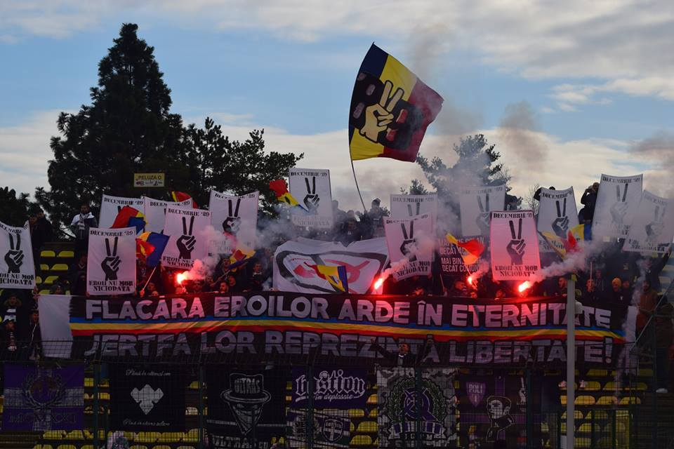 Sezonul de toamnă s-a încheiat la Pitești, pe 9 decembrie. Cu prilejul meciului din Trivale, suporterii din Peluza Sud, prezenți în număr mare la Pitești, au adus un omagiu eroilor căzuți în Revoluția din decembrie 1989.