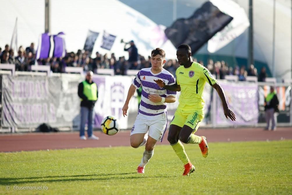 Victoriile aduc victorii. De acest lucru e conștient și Deian Sorescu, aici în duel cu Gaston Mendy, în Politehnica – ASA Târgu Mureș 3-0, la 25 noiembrie.